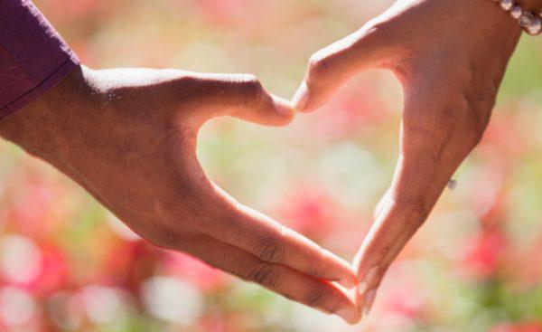 Roke v obliki srca